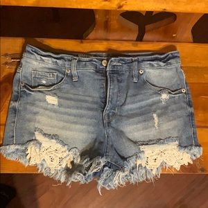 High rise shortie with lace detailed pockets